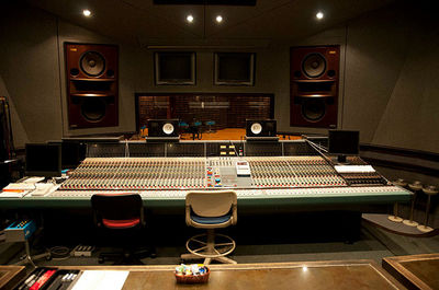 [wiki][JacoTen][cc]640px-Neve_VR-72_with_FF_at_Studio_3_Control_Room_Center.jpg